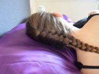 Waarom is op satijn slapen beter voor je haar – en moet je je grof geweven kussensloop weggooien?