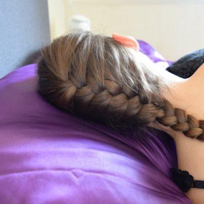 Slapen op een satijnen kussensloop: 6 voordelen voor je haar
