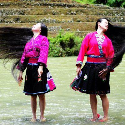 Yao vrouwen zwaaien hun lange haar
