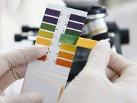 Hoe een verkeerde pH-waarde je haar kan beschadigen – en je de pH toch nooit op producten vermeld ziet staan
